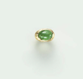 AN EMERALD AND 20K GOLD RING,