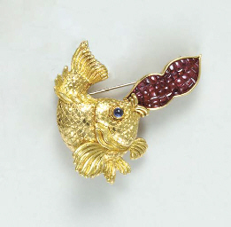 A MULTI-GEM AND 18K GOLD FISH