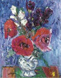 Vase avec fleurs rouges