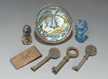 A GROUP OF SEVEN SMALL ITEMS