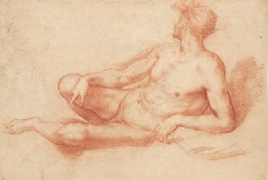 Un homme allongé de profil à g