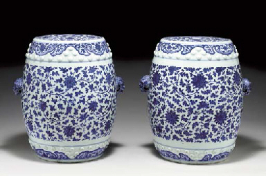 A PAIR OF BLUE AND WHITE GARDE