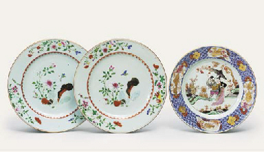 A PAIR OF FAMILLE ROSE DISHES;