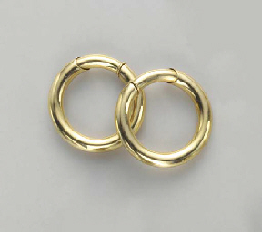 A PAIR OF 18K GOLD EAR HOOPS,