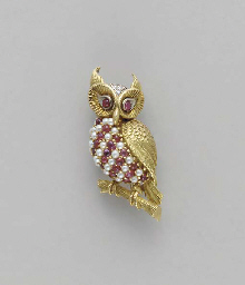 A GOLD AND GEM-SET OWL BROOCH