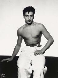 Jeune homme au pantalon blanc