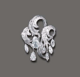 AN ELEGANT DIAMOND CLIP BROOCH