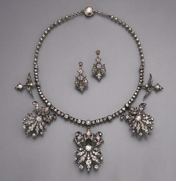 AN ANTIQUE DIAMOND NECKLACE/TI