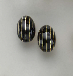 A PAIR OF BLACK ENAMEL AND 18K