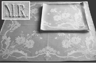 (10) A set of ten menue napkin