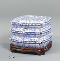 A PAIR OF BLUE AND WHITE CERAM