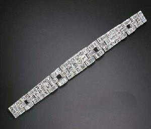 AN ELEGANT ART DECO DIAMOND BR