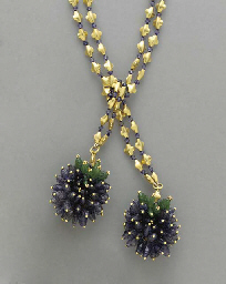 AN IOLITE, EMERALD AND GOLD LA
