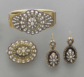 AN ANTIQUE SET OF SEED PEARL,