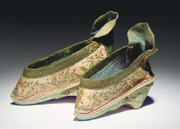 A pair of lotus bud shoes of p