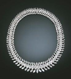 A STUNNING DIAMOND NECKLACE