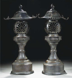 Two similar Japanese bronze la