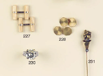 A PAIR OF GOLD CUFFLINKS, BY V