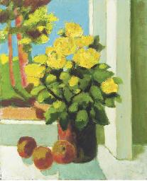 Gele bloemen voor het raam