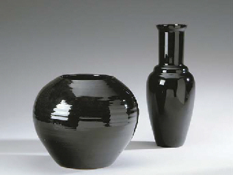 A BLACK-GLAZED EARTHENWARE JAR