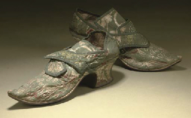 A FINE PAIR OF LADIES SHOES OF FIGURED GREEN SILK, CIRCA 173...