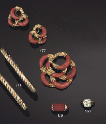 AN 18CT GOLD AND CORAL BROOCH AND EARCLIPS, BY KUTCHINSKY