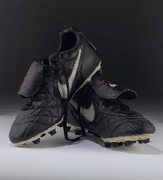 A PAIR OF BLACK AND WHITE NIKE