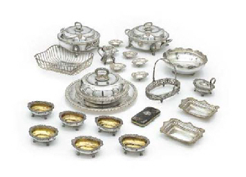 A MIXED LOT OF SILVER AND SILVER PLATE
