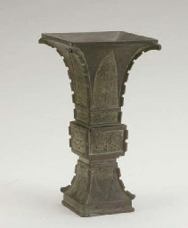 A CHINESE BRONZE ARCHAISTIC BRONZE VASE