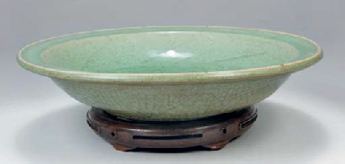 A Chinese crackle glazed celadon dish, 14th/15th Century