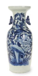 A LARGE CHINESE BLUE AND WHITE TWO-HANDLED VASE