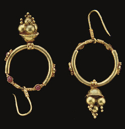 A PAIR OF GOLD EARRING SET WIT