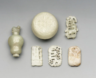 A GROUP OF JADE PENDANTS, SNUF