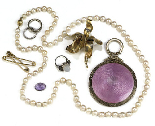 A GROUP OF JEWELLERY