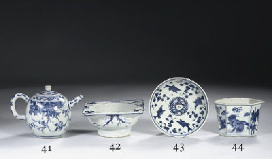 A small blue and white jardini