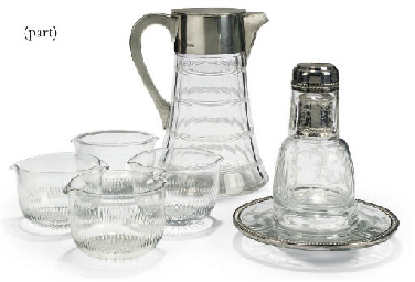 A QUANTITY OF CLEAR GLASSWARE