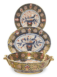 AN ENGLISH IMARI PORCELAIN PAR