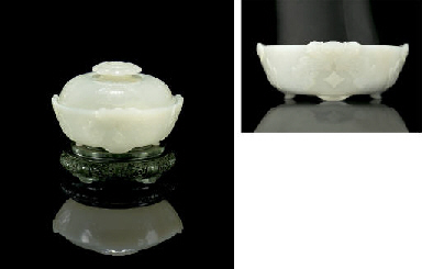 AN EXQUISITE WHITE JADE CIRCUL