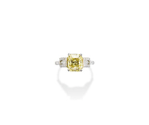 A FINE COLOURED DIAMOND RING