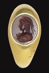 A ROMAN GOLD AND GARNET FINGER