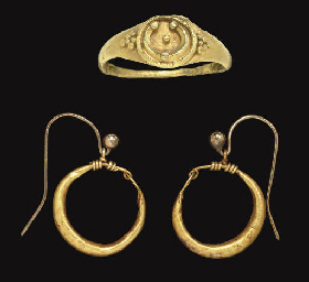 A ROMAN GOLD RING AND A PAIR O