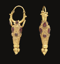 A PAIR OF PARTHIAN GOLD, GARNE