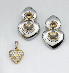 A PAIR OF DIAMOND EARPENDANTS,
