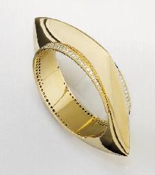 AN 18CT. GOLD AND DIAMOND BANG