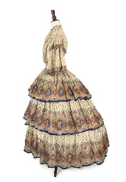 A PRINTED WOOLLEN DAY DRESS, C