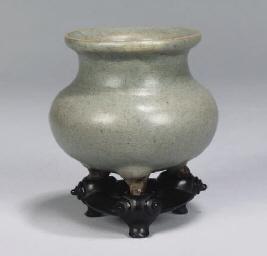 A Chinese junyao pottery tripo