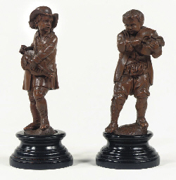 A PAIR OF CARVED BOXWOOD FIGUR