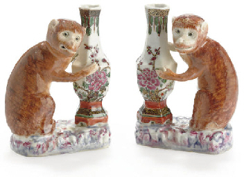 A PAIR OF MONKEYS WITH VASES