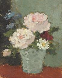 Vase de fleurs sur table rouge