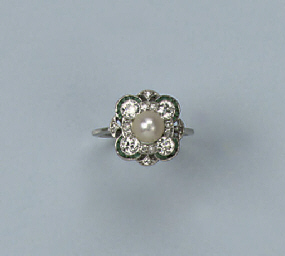 AN ART DECO PEARL EMERALD AND